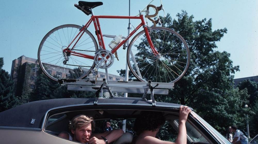 breaking-away-1979-001-driving-with-bike-on-car-rooftop